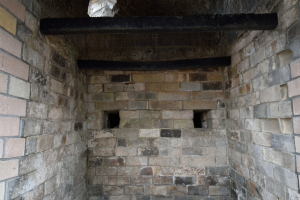 韮山反射炉・焚所風入口、灰穴